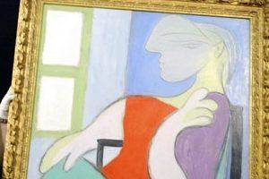 Femme assise pres dune fenetre