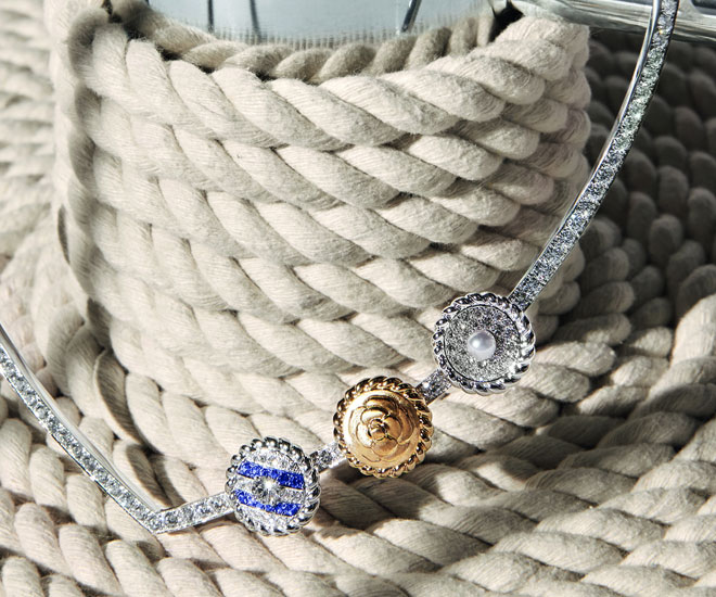 """""""Sailor Suit"""" necklace in 18K yellow and white gold, with sapphires, diamonds and cultured pearl - Chanel """"Flying Cloud"""" high jewelry collection. © CHANEL Haute Joaillerie"""