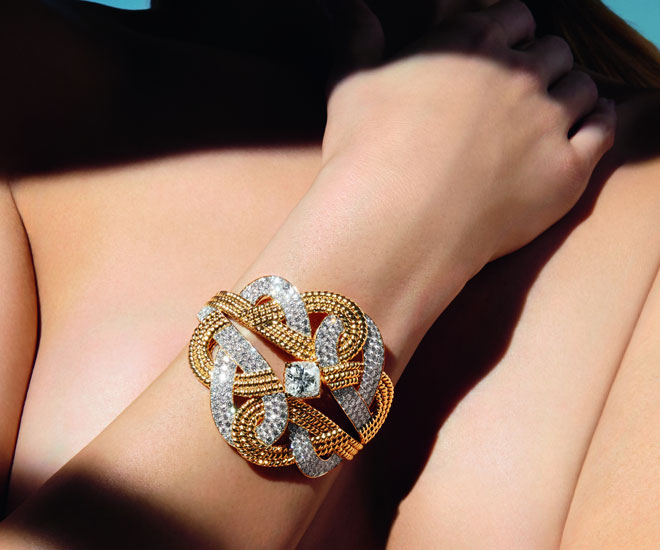 """""""Golden Braid"""" bracelet in 18k yellow gold and diamonds - Chanel """"Flying Cloud"""" high jewelry collection. © CHANEL Haute Joaillerie"""