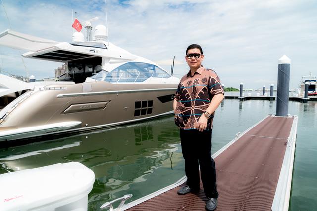 Zhuang Zhouwen, Chairman of Xinliwang International Holding Group, with his new Azimut S6 in Taiwan