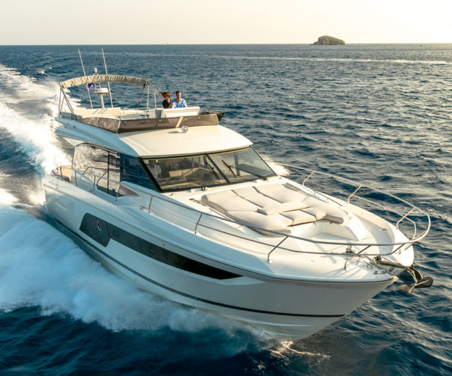 Prestige 590 motor yacht