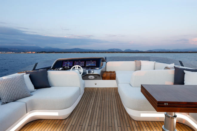 Azimut Grande S10 - Forward view of the flybridge (above); aft view of the flybridge (below)