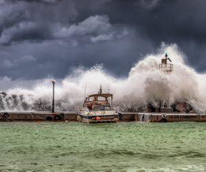 marina-big-waves-under-cloudy-sky-dan-edel-unsplash-660x550